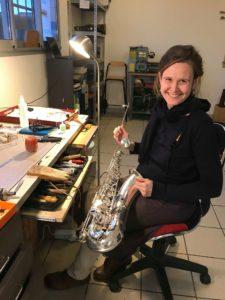 Louise, réparatrice instruments à vent