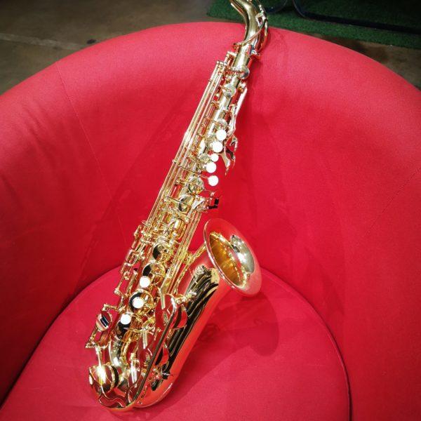 Saxophone sur fauteuil rouge
