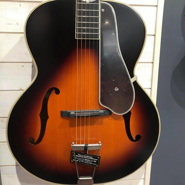 Guitare acoustique accrochée au mur