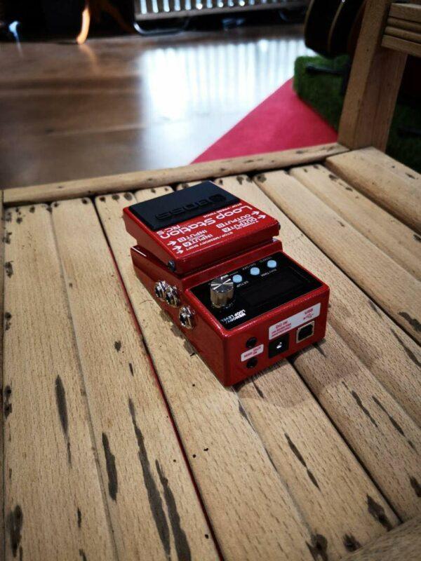 pédale guitare effet rouge sur table