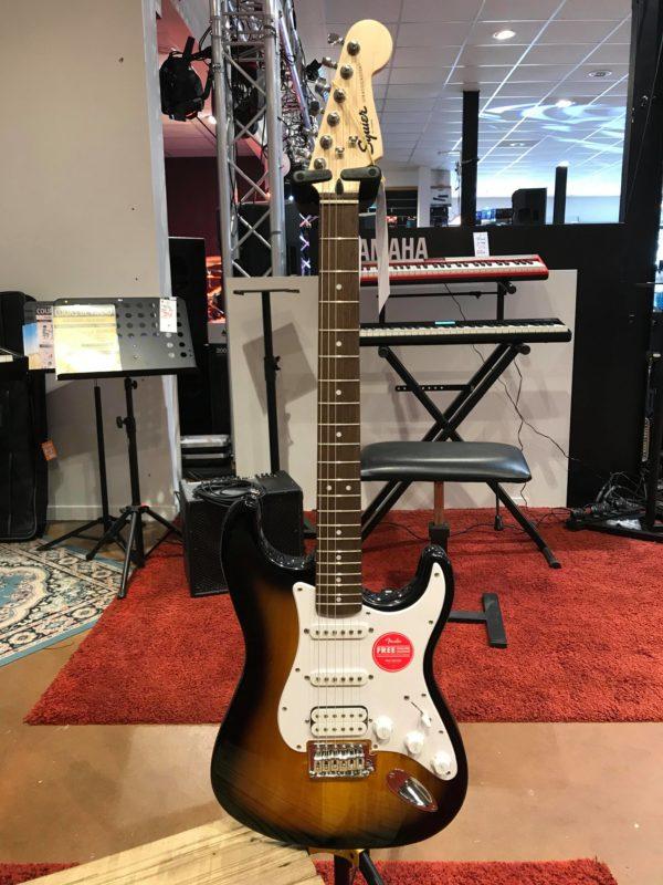 Guitare Marron posée sur stand