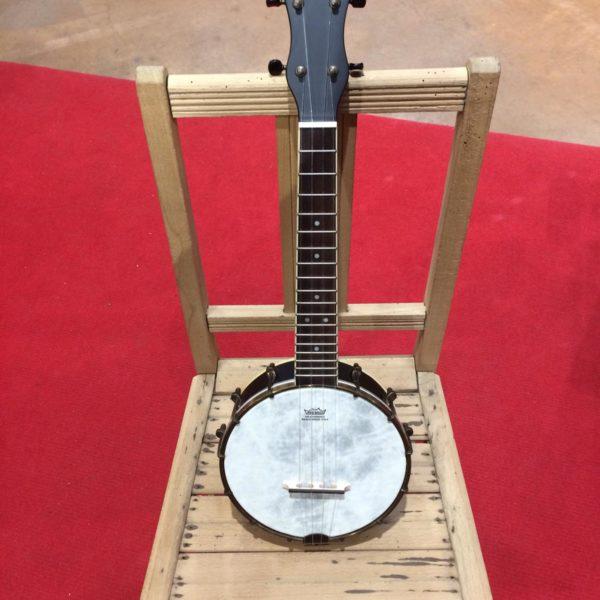 banjo blanc posé sur chaise en bois