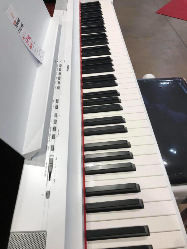 côté de piano blanc