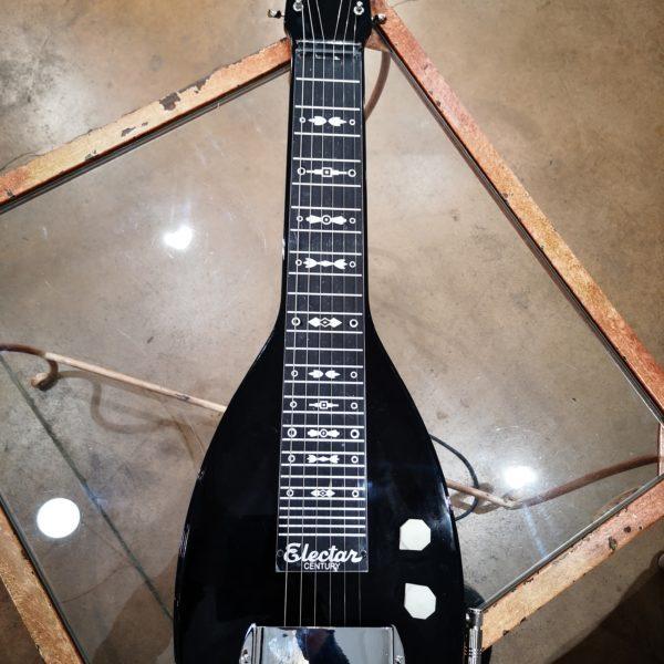 guitare noir posée sur table