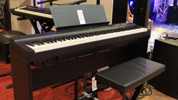 piano noir et blanc sur tapis rouge
