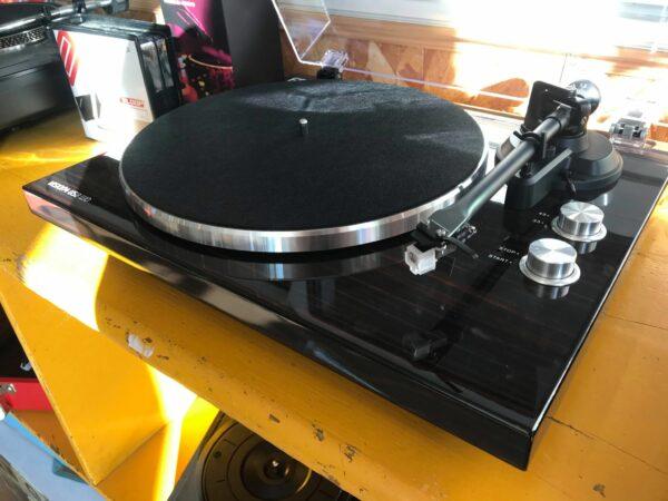 platine vinyle noire sur table jaune