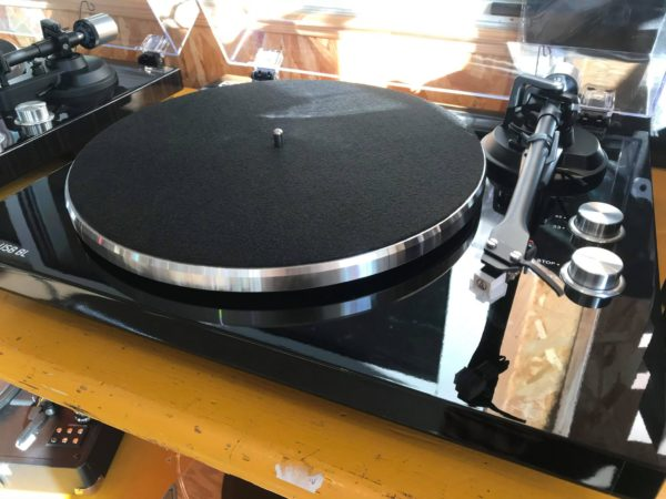 platine vinyle posée sur table jaune