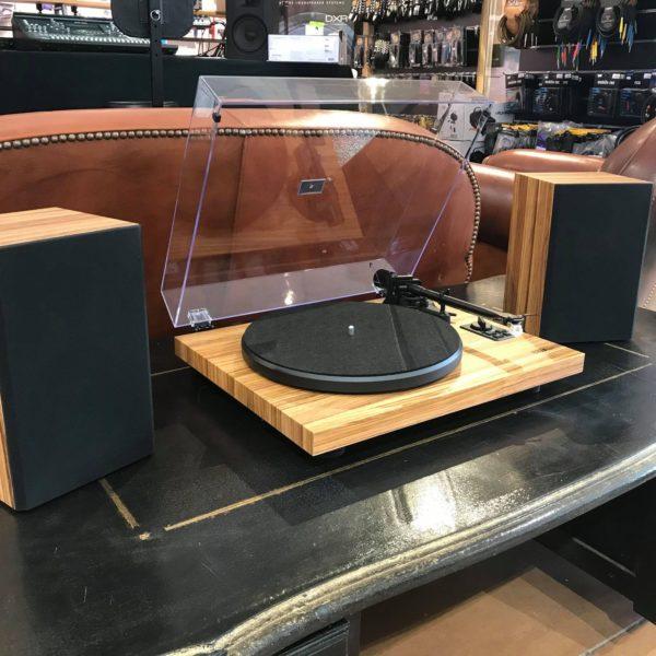 platine vinyle posée sur table noire