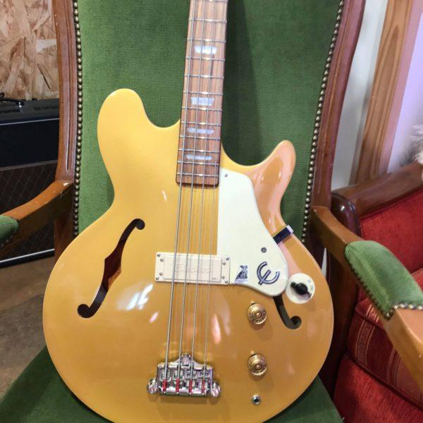 guitare basse dorée