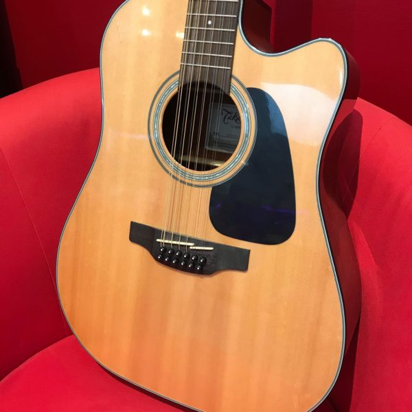 guitare acoustique posé sur fauteuil
