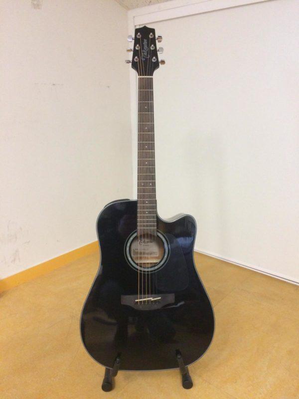 guitare noire posée sur stand