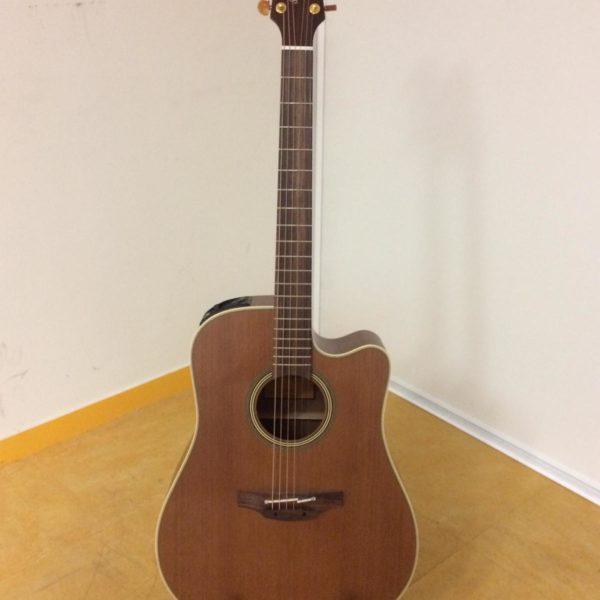 guitare acoustique marron posée sur stand
