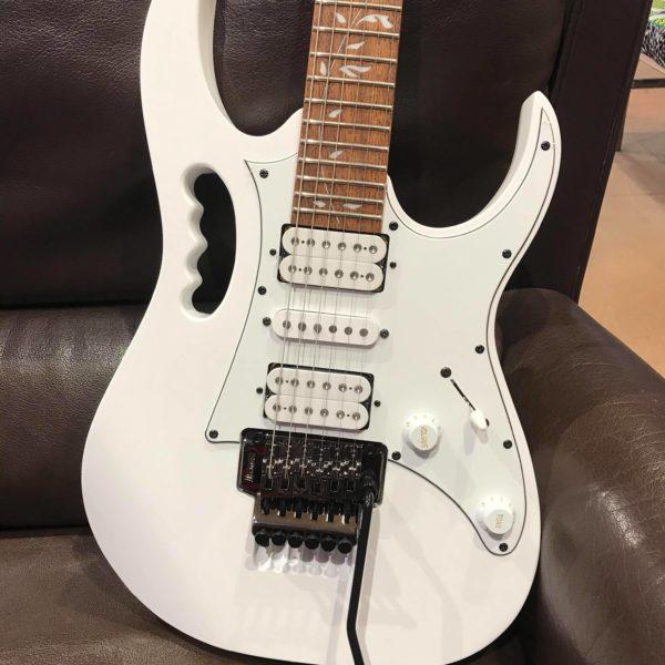 guitare électrique blanche