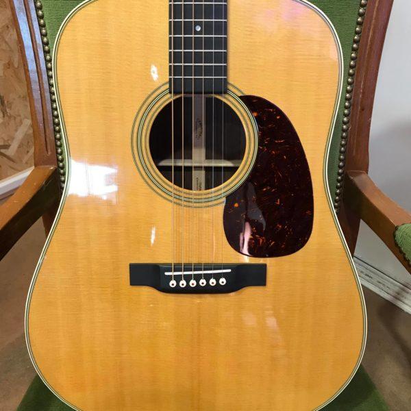 guitare folk posé sur chaise verte