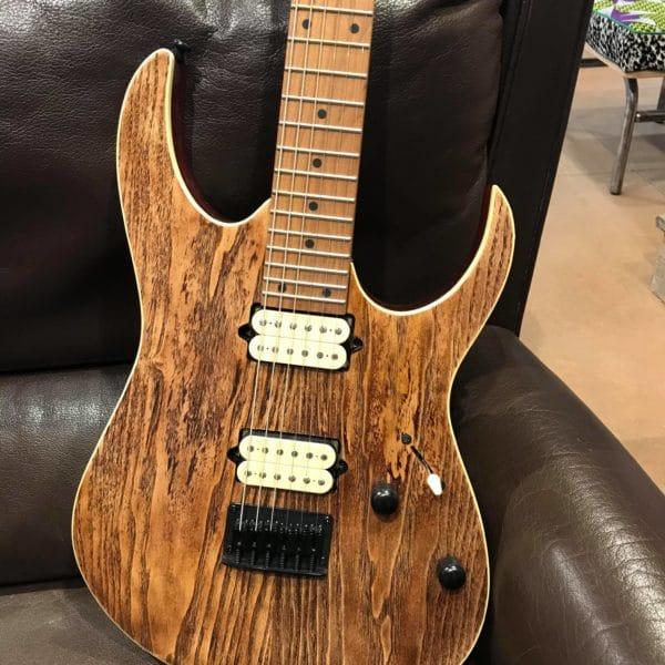 guitare électrique marron sur canapé