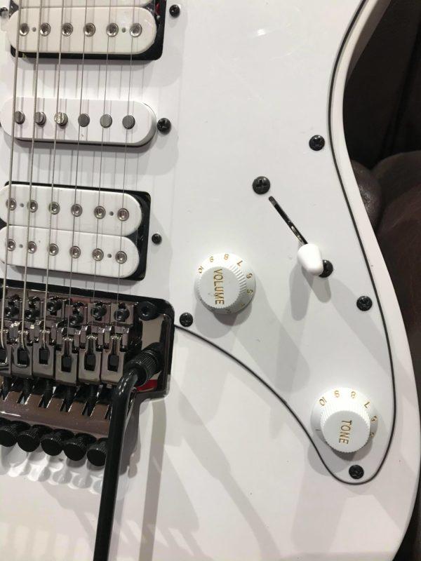 côté de guitare blanche