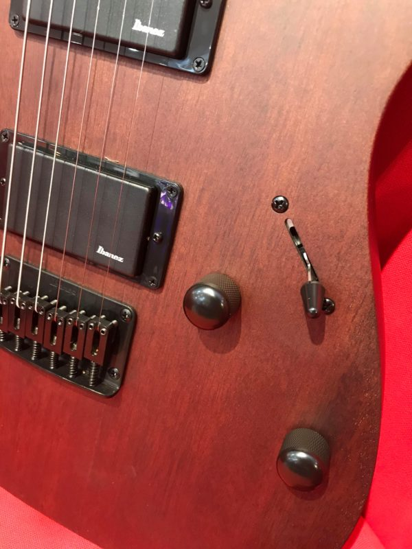 côté de guitare marron