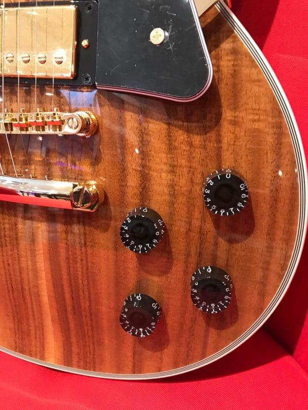 guitare électrique marron avec boutons noirs