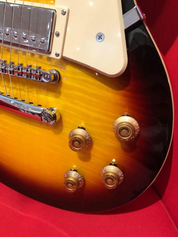 corps de guitare avec boutons dorés