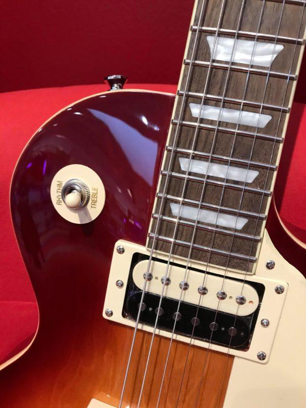 bouton blanc sur guitare rouge