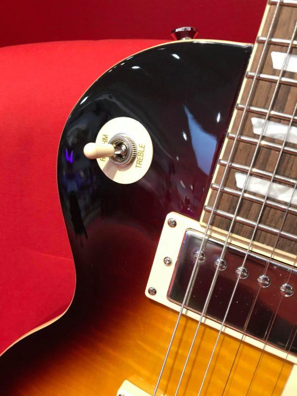 bouton blanc sur guitare électrique orange