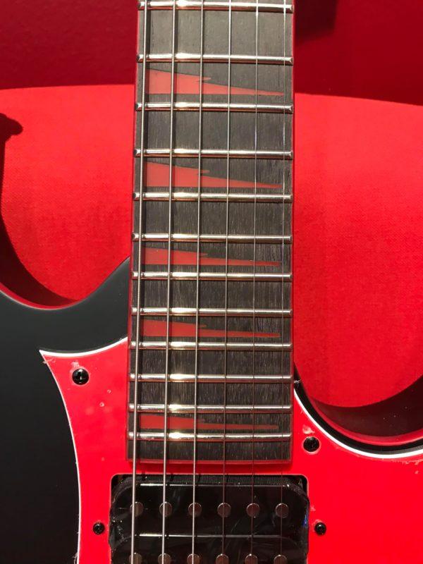 manche de guitare rouge et noir