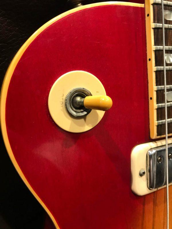 bouton de guitare électrique rouge