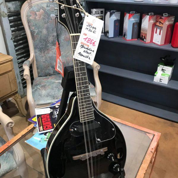 mandoline noire posée sur table transparente