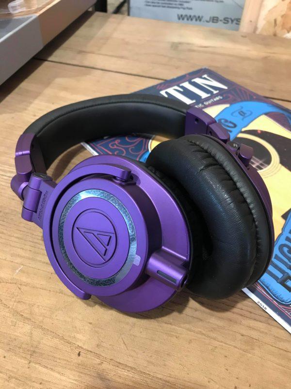 Casque violet posé sur table