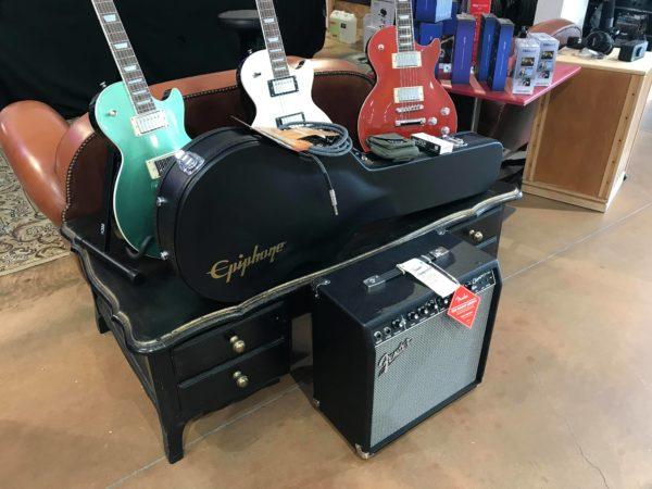 3 guitares rouge verte et blanche