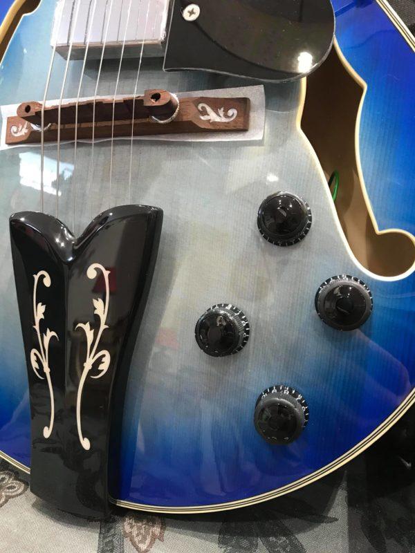 corps de guitare bleue
