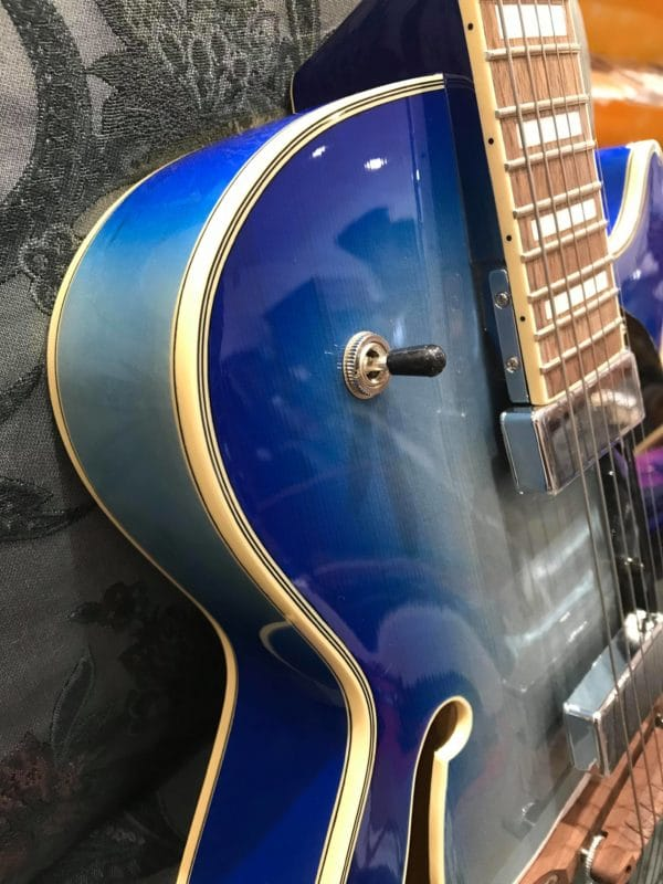 côté de guitare bleue
