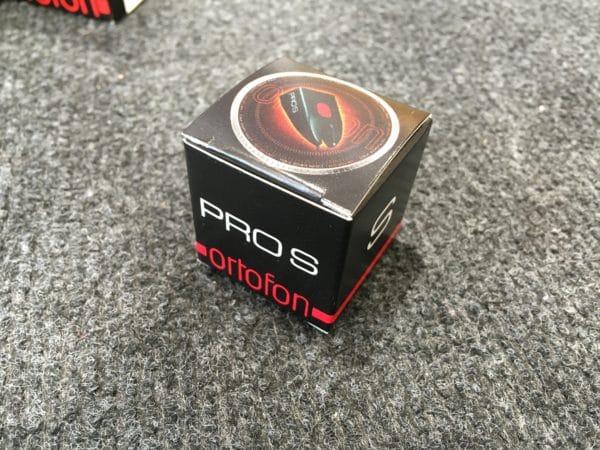 boite noire et rouge