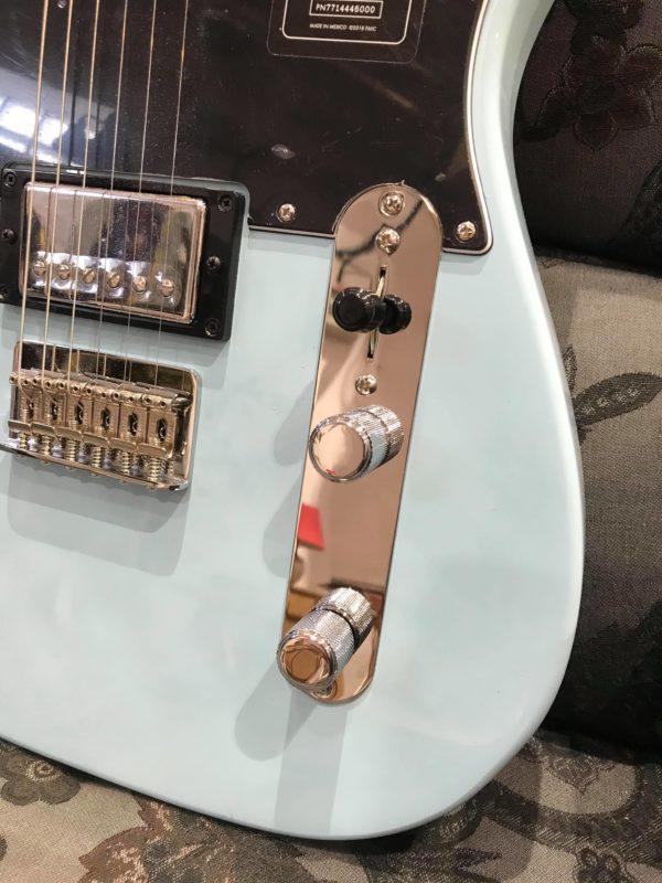 boutons argentés guitare électrique bleue