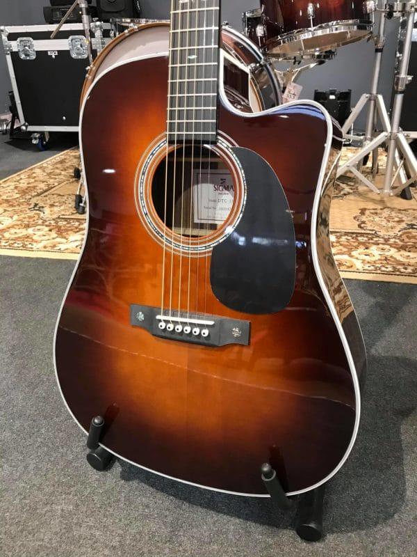 guitare acoustique marron foncé