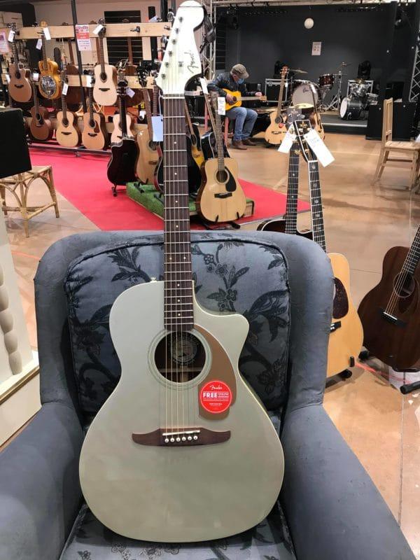 guitare électro acoustique grise sur fauteuil