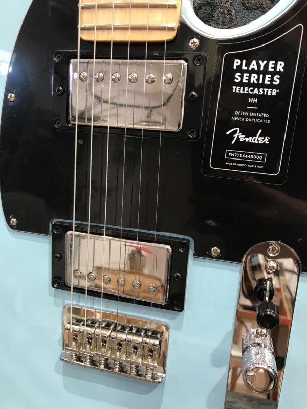 guitare électrique bleue