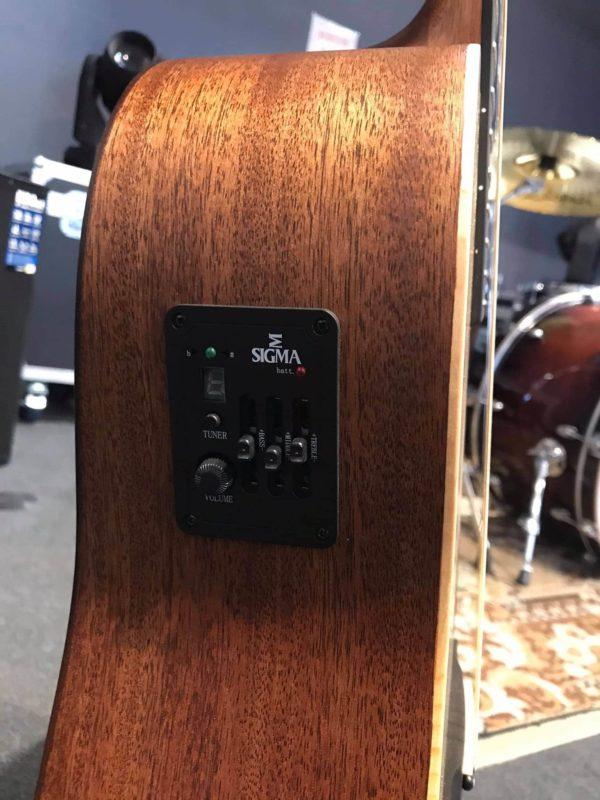côté de guitare électro acoustique noir