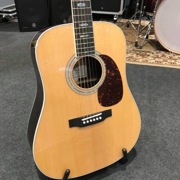 guitare acoustique couleur naturelle posée