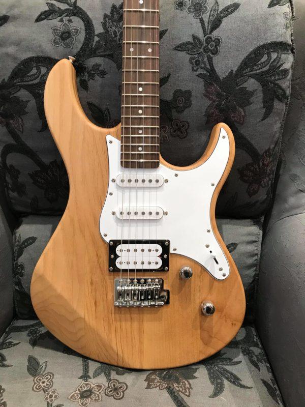guitare beige claire et blanche