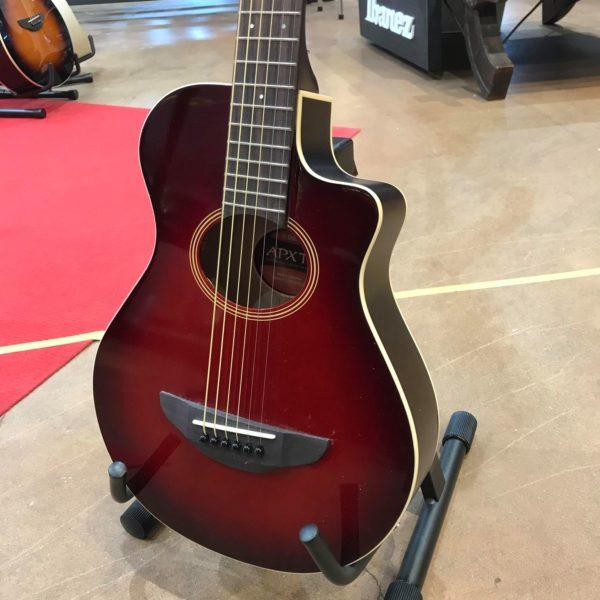 guitare acoustique rouge