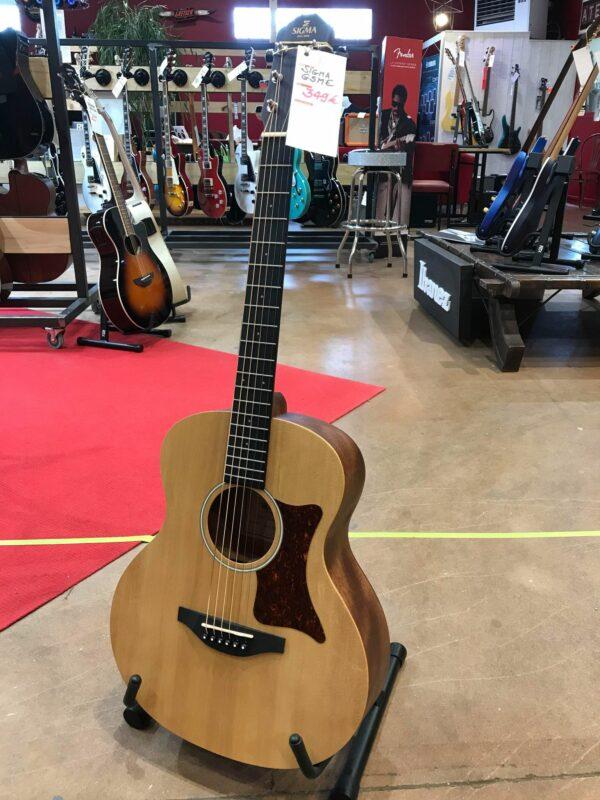guitare acoustique marron clair posée