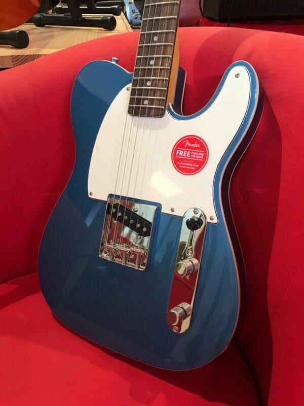 guitare électrique bleue et blanche