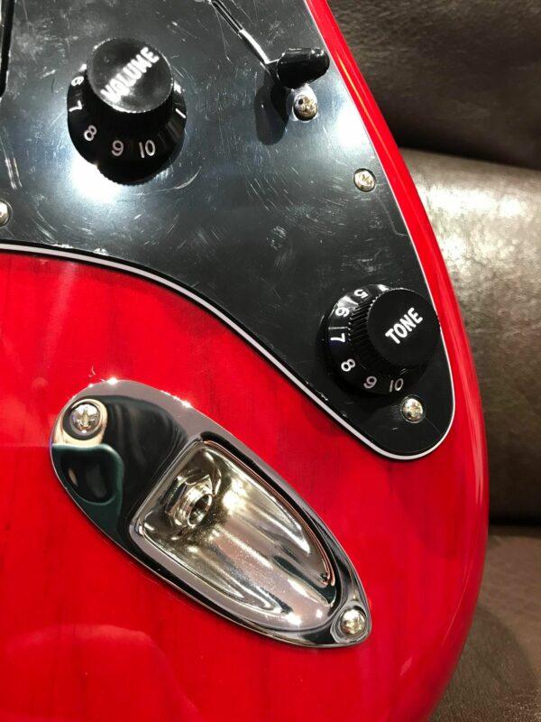 boutons noirs de guitare rouge électrique