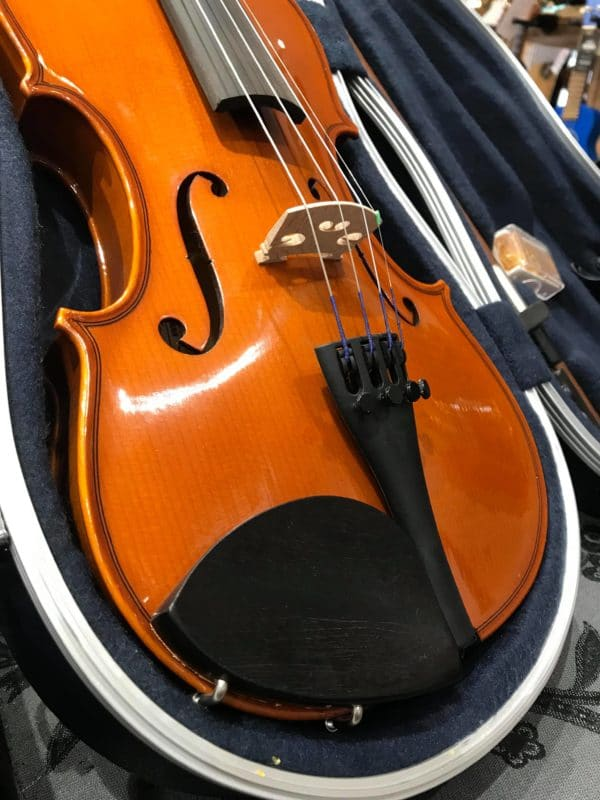 violon posé sur fauteuil