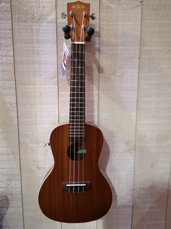 petite guitare accrochée