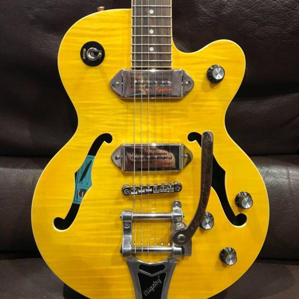 guitare électrique jaune posée sur canapé