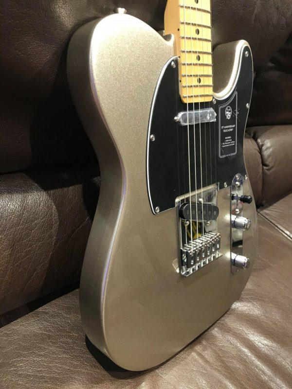 côté de guitare électrique grise