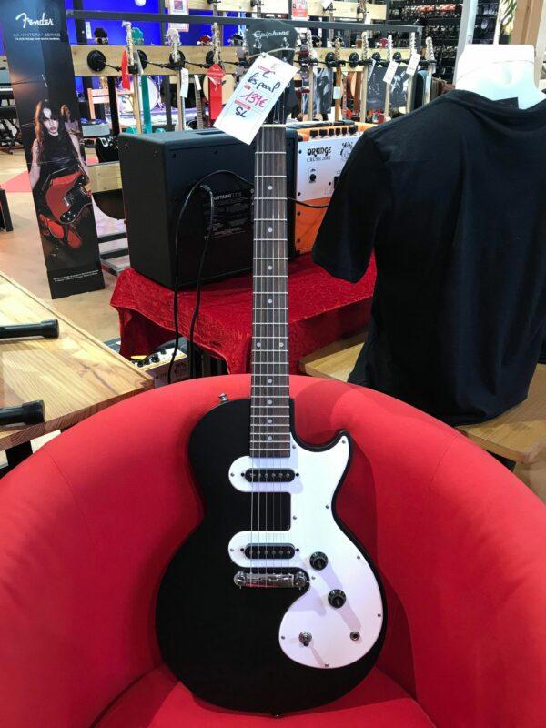 guitare électrique noire et blanche