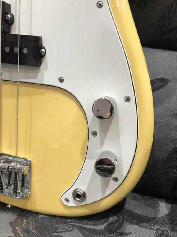côté de basse jaune avec boutons gris